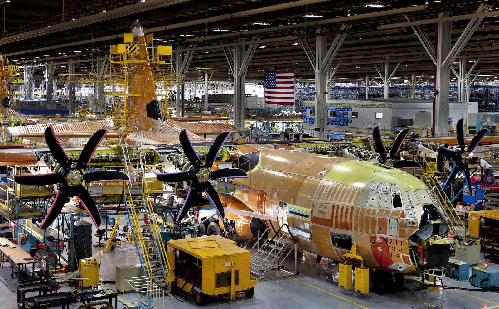 Im Sommer 2012 baute Lockheed Martin den ersten AC-130J. Die FLugzeuge sind für Sondereinsätze der amerikanischen Luftwaffe vorgesehen und sollen mit nicht-tödlichen Mikrowellen-Waffen ausgestattet werden.