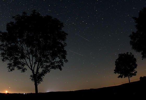 Sternschnuppen der Perseiden (Bildmitte): In diesem Jahr sollen am Donnerstag bis zu 140 Sternschnuppen pro Stunde am Nachthimmel zu sehen sein.