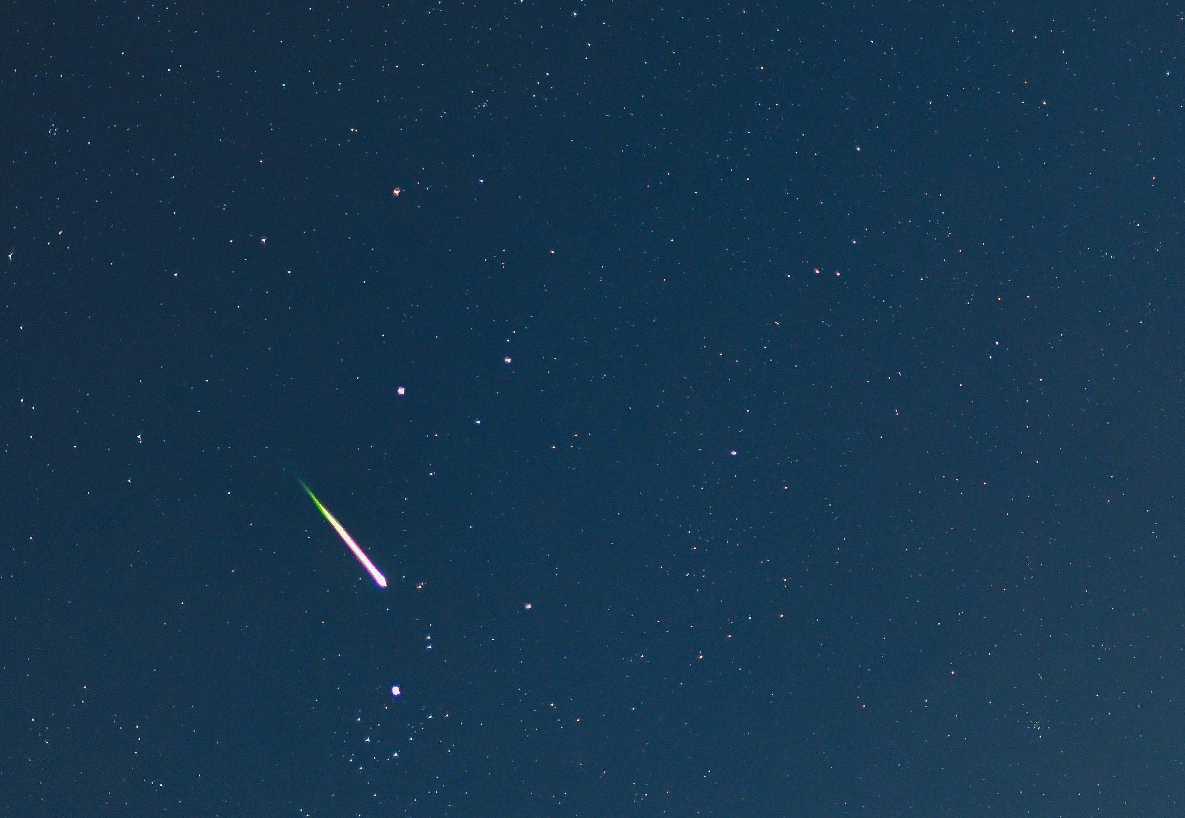 Nur ein Einzelfall: Eine Sternschnuppe leuchtet am Nachthimmel am 12. August 2014 über dem Landkreis Oder-Spree nahe Sieversdorf (Brandenburg). In diesem Jahr dürfen sich Sternengucker auf beonders viele Sternschnuppen freuen.