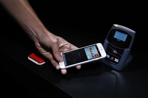 Demonstration des Bezahlsystems Apple Pay: Immer mehr Hersteller beziehen den Fingerabdruck in ihre Dienste ein. Entsprechend gut sollten sie ihn sichern, fordern Sicherheitsexperten.