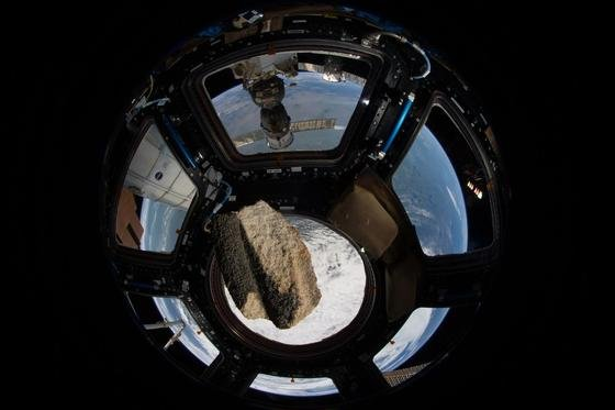 Ein Stein des Kölner Doms an Bord der Internationalen Raumstation ISS: Das knapp 100 g schwere Stück umkreiste in 165 Tagen 2566 Mal die Erde.