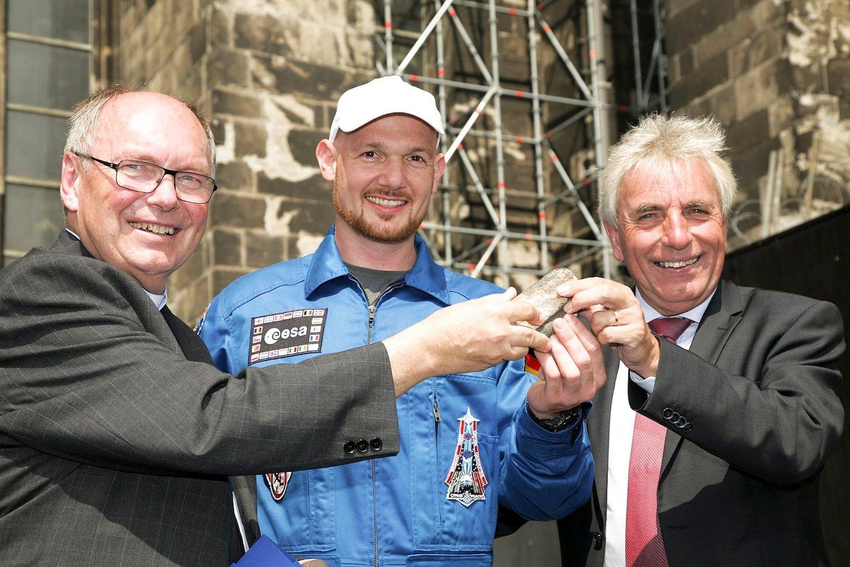 Alexander Gerst (Mitte) mit Kölns Oberbürgermeister Jürgen Roters (re.) und dem Kölner Domprobst Gerd Bachner (li.).