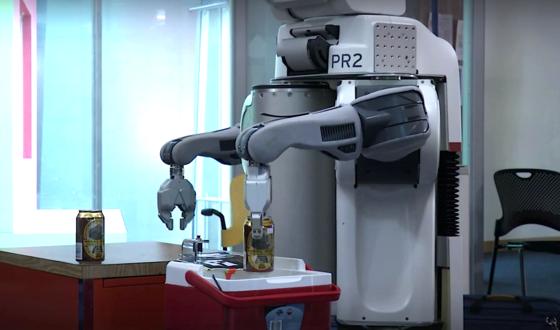 Improvisierte Kneipe im MIT-Büro: Der stationäre Thekenroboter belädt die Kühlbox der fahrenden Turtlebots.
