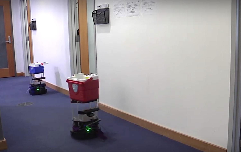 Die Turtlebots fahren auf vier Rädern durch die Büros und fragen Mitarbeiter, ob sie Bier trinken wollen.