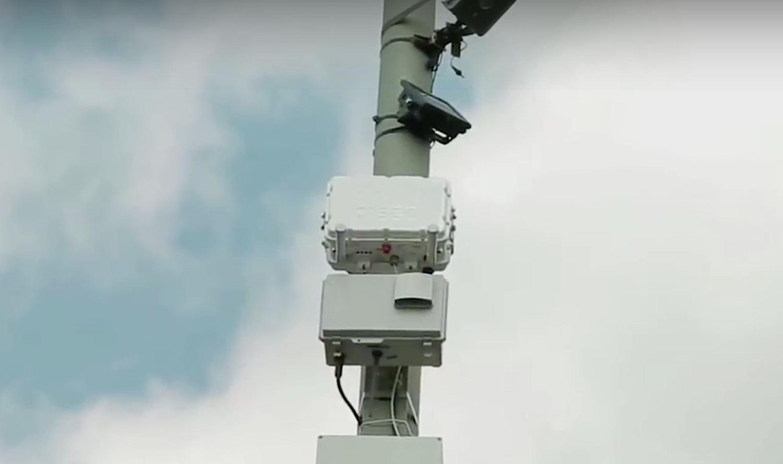 Auf der Smart Road hängen Sensorkästen an den Laternenmasten: Sie arbeiten zunächst ein Jahr lang. Danach ziehen die Projektpartner Bilanz.
