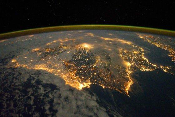 Blick auf die nächtliche Iberische Halbinsel, aufgenommen von der ISS: Die Menschheit verbraucht mehr natürliche Ressourcen, als sich regenerieren lassen. Am heutigen 13. August hat die Menschheit bereits ihre Jahresmenge verbraucht.