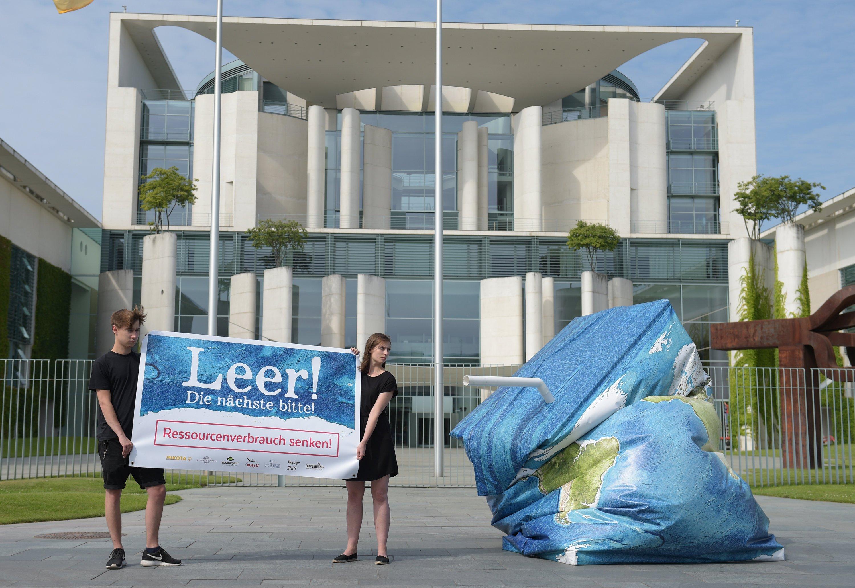 """""""Leer! Die nächste bitte"""":Umweltschützer von BUND, Inkota und Germanwatch haben heute vor dem Bundeskanzleramt in Berlin für eine Senkung des Ressourcenverbrauchs demonstriert."""