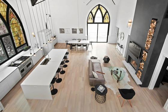 Kein Altar, keine Kirchenbänke, stattdessen großzüger Wohnraum samt Kamin:Das Designunternehmen Linc Thelen Design und das Architektenbüro Scrafano Architects haben aus dem ehemaligen Gotteshaus ein trendiges, komfortables Einfamilienhaus geschaffen.