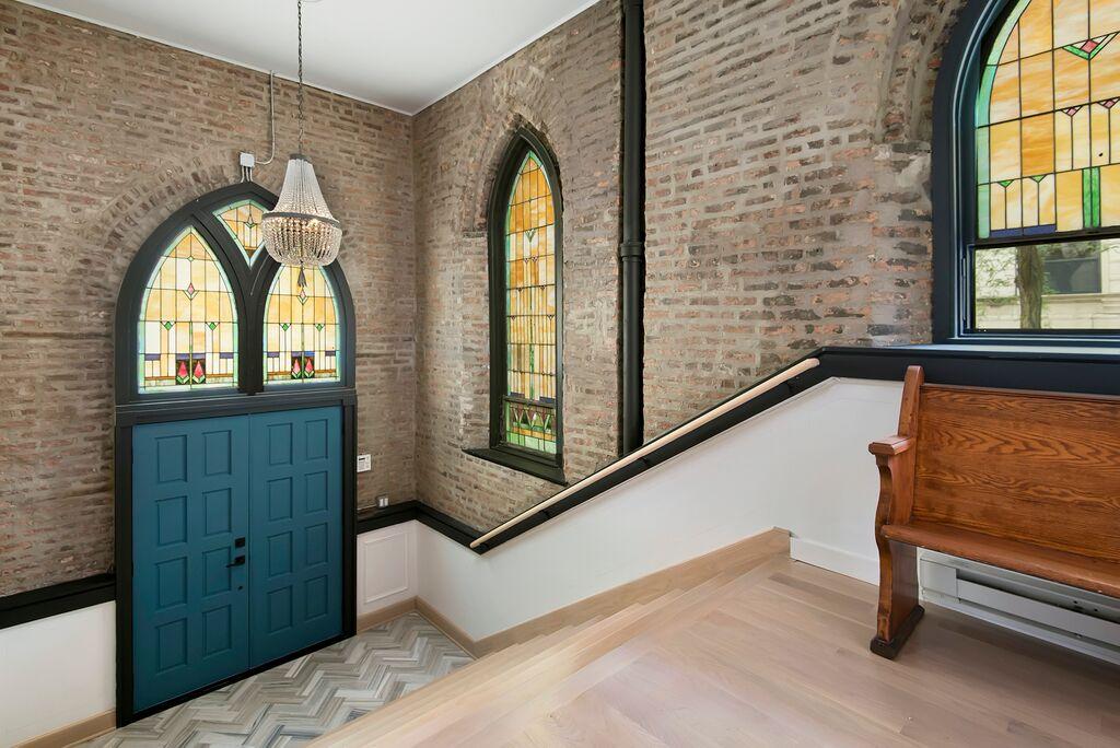 Fenster und Tür im Foyer erzählen vom Ursprung des Gebäudes.