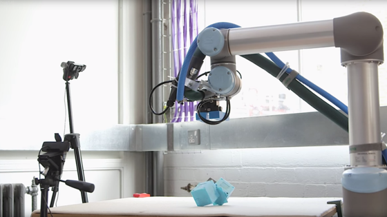 Laufroboter auf der Teststrecke: Er bewegt sich durch Ruckelbewegungen auf den Kanten vorwärts.<strong></strong>