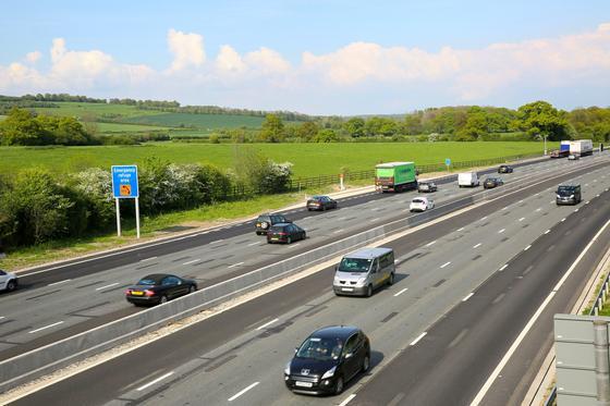 Autobahn in Großbritannien: Viel befahrene Abschnitte sollen mit induktiver Ladetechnik ausgerüstet werden. Jetzt startet ein 18-monatiger Test. Außerdem bekommen alle Autobahnen Ladestationen im Abstand von 32 km.