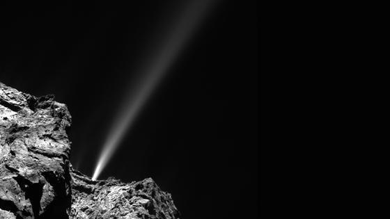 Am 29. Juli 2015 nahm die Osiris-Kamera an Bord der Rosetta-Sonde diesen gewaltigen Jet – ein Gasausbruch, bei dem Kometenmaterial ins All geschleudert wird – aus 186 Kilometern Entfernung auf.