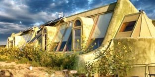 Schloss Tempelhof baut erstes Earthship Deutschlands