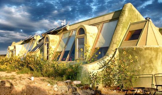 Earthship von Michael Reynolds: Die autarken Häuser aus recyceltem Material entstehen überall auf der Welt.