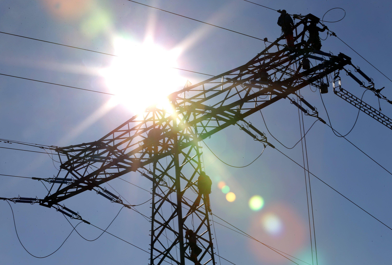 Die Sommersonne führt zu einem gewaltigen Überschuss an Solarenergie, die umgeleitet werden muss. Um Schwankungen im Stromnetz zu verhindern, mussten konventionelle Kraftwerke im großen Stil vom Netz genommen werden. Das treibt die Netzentgelte in die Höhe.