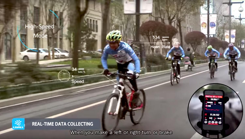 Der Fahrradhelm registriert nicht nur die Geschwindigkeit, sondern auch die Herzfrequenz des Fahrers. Die Daten erscheinen auf dem Smartphone, das mit einer Halterung am Lenkrad befestigt ist.