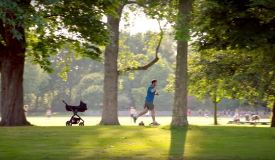 Der autonome Kinderwagen folgt dem joggenden Vater auf Schritt und Tritt. In Serienproduktion geht er nicht – VW wirbt lediglich für die Technik des autonomen Fahrens.