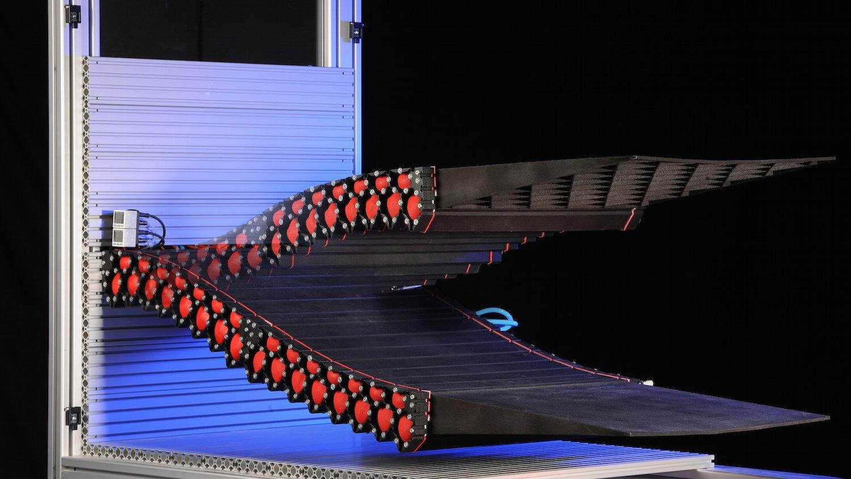 Der modular aufgebaute Landeklappendemonstrator des DLR: Er ist druckluftbetrieben und kann verschiedene Formen annehmen.