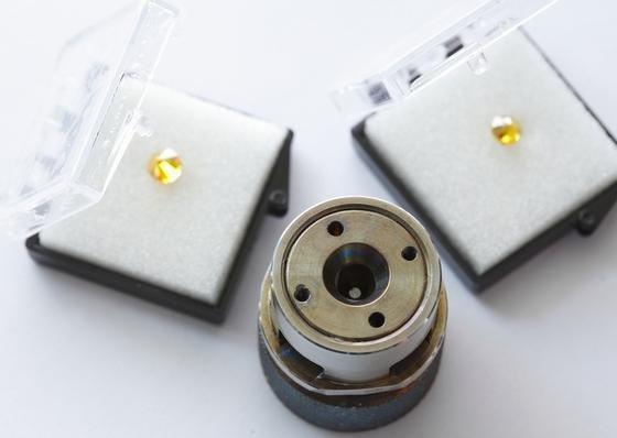 Erstaunlich handlich ist die Apparatur, mit der das Team um Mikhail Eremets am Max-Planck-Institut für Chemie in Mainz extrem hohe Drücke erzeugt. Mit Inbus-Schrauben pressen die Forscher die metallene Zelle zusammen. Den Hochdruck, der dabei im Zentrum der Zelle entsteht, halten nur Diamanten aus. Zwischen den Edelsteinen wird die Probe zusammengepresst.
