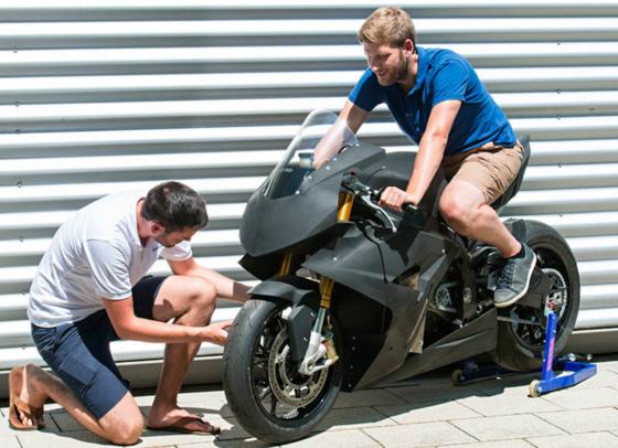 Elektrisches Motorrad Torr der TUM-Studenten: Die Hochleistungsbatterien stellen beim Start Strom ohne Verzögerung bereit, sodass die Maschine das Drehmoment auf Anhieb erreicht.