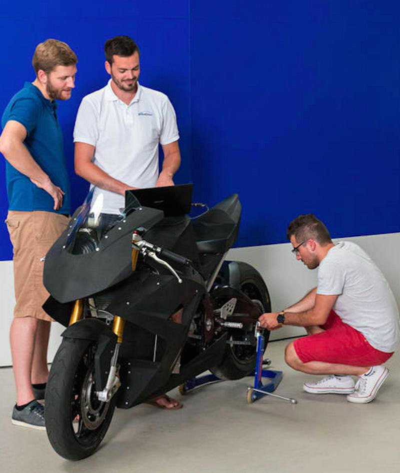 Technikstudenten tüfteln in der Werkhalle des Lehrstuhls für Fahrzeugtechnik an Torr. Die Maschine soll amQualifying der Pro Thunder Race Series in Oschersleben bei Magdeburg teilnehmen.
