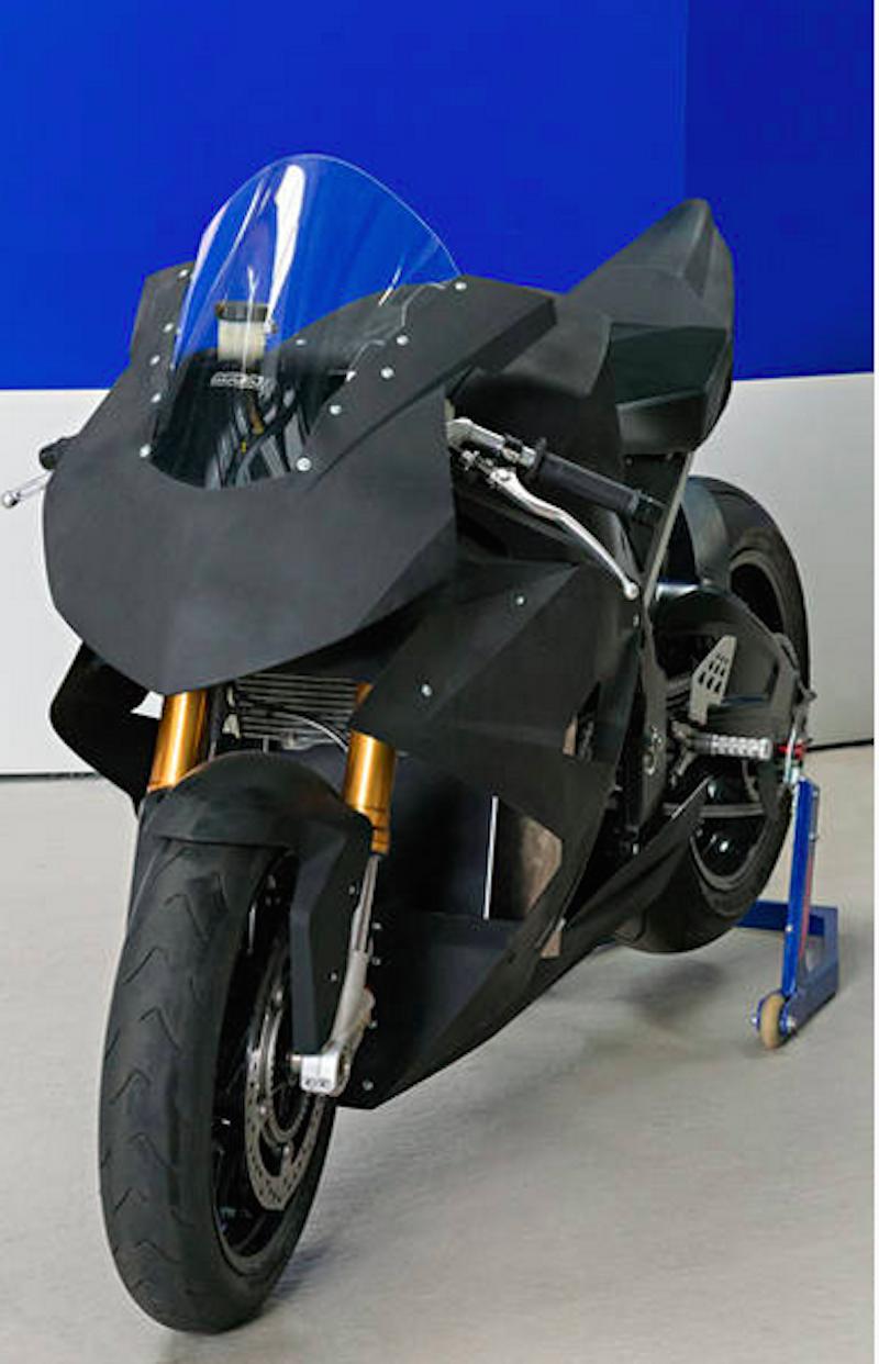 Dank eines Tricks lässt sich Torr bei hohen Geschwindigkeiten leicht lenken: Der Elektromotor des Motorrads dreht sich entgegen der Fahrtrichtung. Ein Wandler sorgt für die Umkehrung der Rotation.