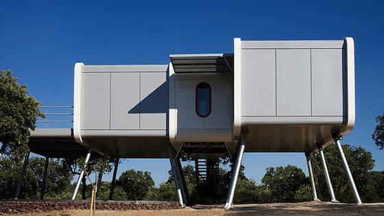 An ein Raumschiff erinnert das vier Meter über der Erde auf Stelzen gebaute futuristische Eigenheim. Es steht in der Nähe von Madrid.