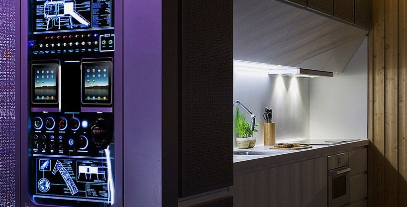 Im Spaceship Home gibt es auch ein Kontrollzentrum.Über zwei iPads werden alle technischen Funktionen im Haus wie Licht, Temperatur, Sicherheit, Zugang und Rollladen gesteuert und programmiert.
