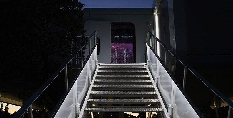 Eine restaurierte Gangway führt in das Innere des Hauses.