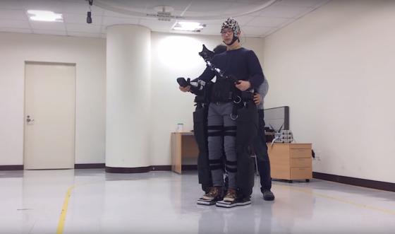 Proband steuert das Exoskelett mit seinen Gedanken: Laut Wissenschaftlern lässt sich diese Steuerung innerhalb weniger Minuten beherrschen.