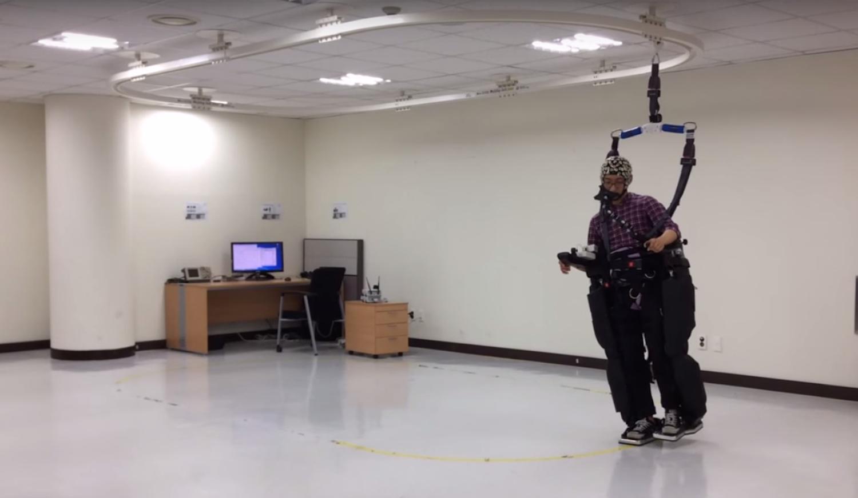 Proband beim Spaziergang mit dem Exoskelett. Eines der Probleme: Nach einiger Zeit tritt visuelle Ermüdung ein.
