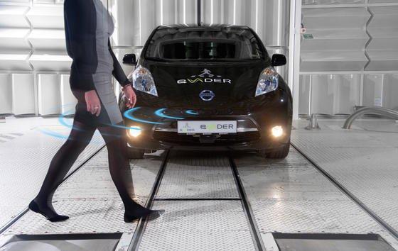 Nissan Elektroauto Leaf mit Warnsystem: Kommt ein Fußgänger dem Auto zu nahe, ertönt aus sechs Lautsprechern ein Warnton.