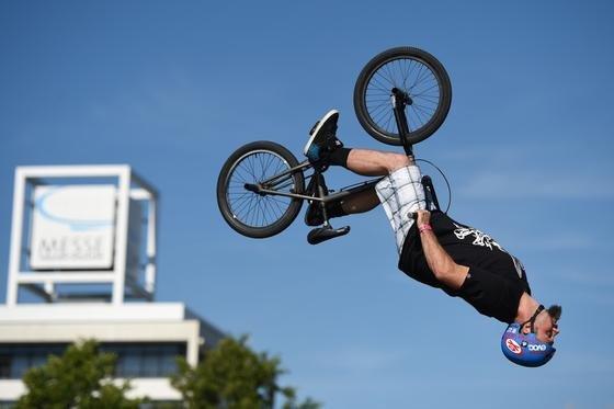 Eines der Highlights der Messe ist der Lake Jump: Street-Trial-Profis springen über eine Startrampe direkt in den Messe-See.
