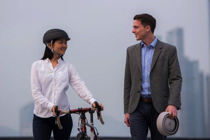 Faltbarer Fahrradhelm von Closca: Die Helmschale besteht aus glasfaserverstärktem Kunststoff und Polycarbonat.