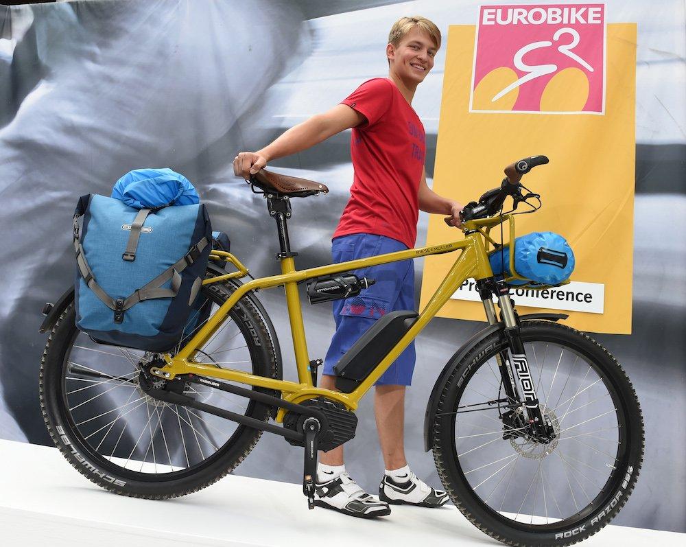 Das Blue Label Charger GX Rohloff von Riese&Müller istein speziell für Reisen entwickeltes E-Bike. Angetrieben von einem Bosch-Motor bietet es 14 Gänge. Der Motor greift bei kleiner Trittfrequenz und bietet niedrige Unterstützungsmodi, damit die Reichweite des Akkus maximiert werden kann. Zudem verfügt das Fahrrad über einen Front- und Heckgepäckträger.