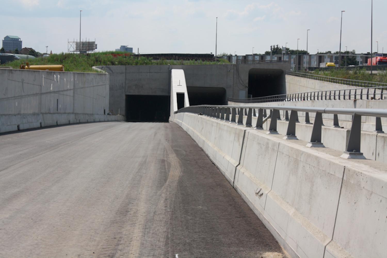 Höhenversetzte Tunnelmünder am Eingang Geussen. Direkt daneben braust der Verkehr auf der behelfsmäßig angelegten A2. Das war eine der Grundbedingungen für den Tunnelbau: Der Verkehr muss fließen.