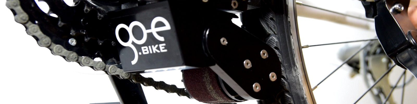 Der Hilfsmotor ONwheel von Go-e treibt die Fahrradkette an und entlastet das Treten. Er wiegt 800 g.