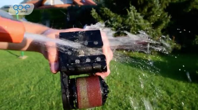 Der abnehmbare Motor von Go-e lässt sich nach der Fahrt mit Wasser reinigen.