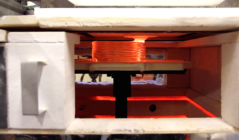 Blick ins Innere des 3D-Druckers: Dort herrscht eine Temperatur von 550 °C. Beim Drucken verschiebt sich der gesamte Schmelztiegel.
