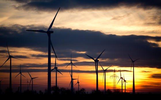 Windpark in der Nähe von Leipzig (Sachsen): Die MPI-Forscher gehen davon aus, dass sich der Bremseffekt bei der Größe bisheriger Windparks kaum bemerkbar macht. Das könnte sich beim Ausbau der Windenergie ändern.
