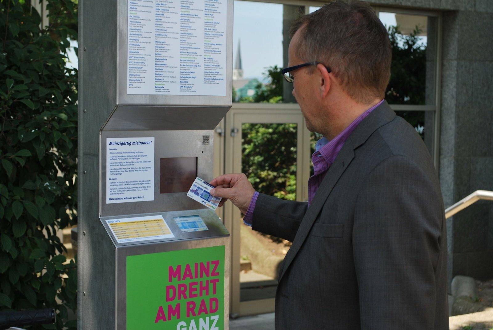 Wichtig ist es, das Ausleihen unkompliziert zu gestalten. In Mainz werden die Kunden nach dem Auflegen der Kundenkarte völlig automatisch durch den Mietvorgang geführt. Dabei kann der Kunde bis zu vier Fahrräder gleichzeitig mieten. Dem Familienausflug per Drahtesel steht also in Mainz nichts entgegen.