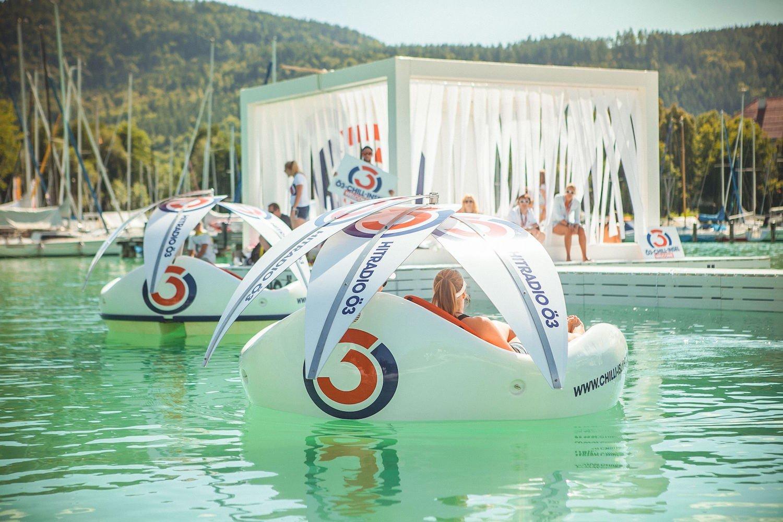 Chilli Island auf dem Wasser:Die Basisversion verfügt über einen Torqeedo-Elektromotor mit einer Leistung von 0,5 KW. Er beschleunigt die Badeinsel auf bis zu 6 km/h.