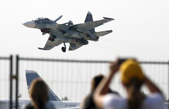 Demonstration des MehrzweckkampflugzeugsSukhoi Su-30 SM auf der Luft- und Raumfahrtmesse Maks.