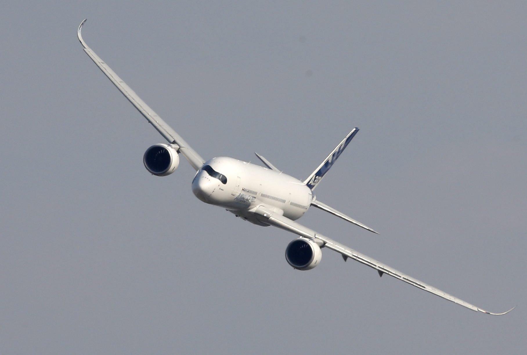 Airbus präsentiert auf der Maks den Prototypen der A350-900. Die Maschine istmit einer Testausrüstung ausgestattet – darunter Ingenieurstation, Ballasttanks und Computer.