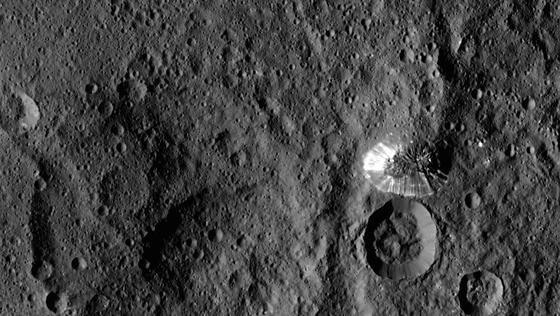 Dieses Bild vom Zwergplanet Ceres wurde am 19. August aus einer Entfernung von 1470 km aufgenommen. Es zeigt einen 6 km hohen, pyramidenförmigen Berg auf der südlichen Hemisphäre zwischen den Kratern Kiwis, Yong und Yalode. Auffällig sind die hellen Streifen an seinen steilen Hängen. Die Auflösung der Aufnahme beträgt 140 m pro Pixel.