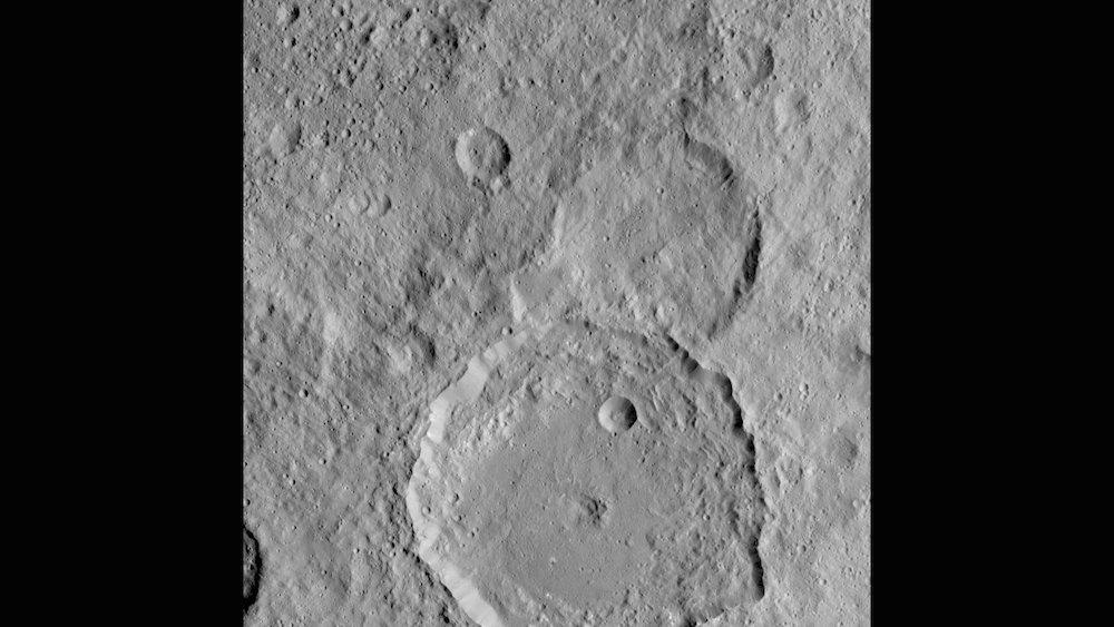 Gaue-Krater auf Ceres: Der Krater mit einem Durchmesser von 84 km überdeckt zum Teil einen älteren Krater.