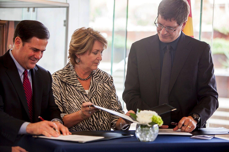Bei der Vertragsunterzeichnung:Arizonas GouverneurDoug Ducey (links), UA-Präsidentin Ann Weaver Hart und Uber-Manager Brian McClendon.