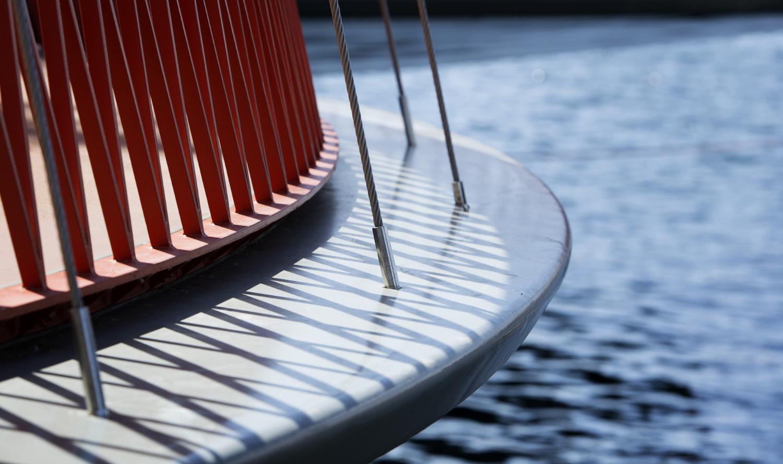 Die Cirkelbroen-Brücke besteht ausfünf unterschiedlich großen, kreisrunden Plattformen. Jede dieser Plattformen wird von einem Mast getragen.
