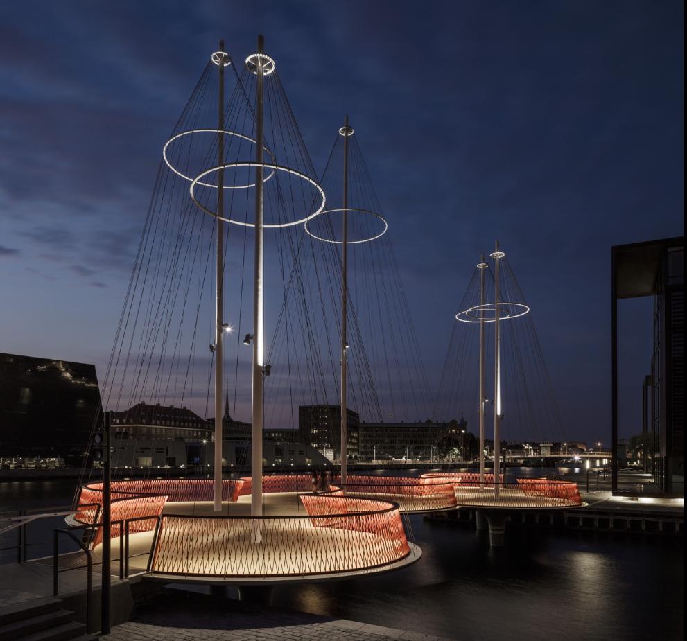 In der Nacht ist die neue Cirkelbroen-Brücke von zahlreichen LEDs beleuchtet und bietet ein besonderes Lichtspiel.