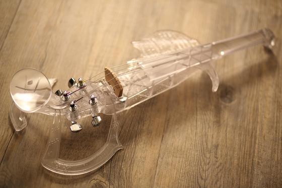Aktueller Prototyp der 3Dvarius: Der 3D-Drucker SLA 3500 hat die E-Violine mit Kunstharz gedruckt.